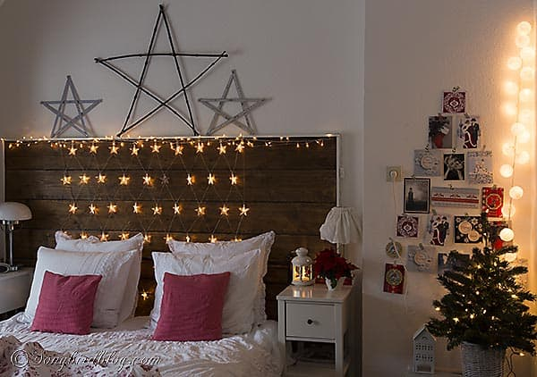 Christmas decorations for the bedroom in red & white and with lots of stars. Via http://www.songbirdblog.com