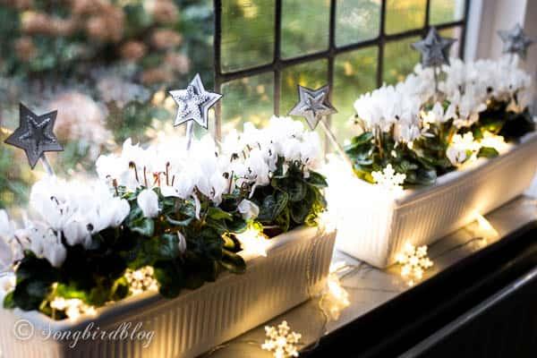 26 Windowsill Decoration Ideas: Window Sill Decorations For Christmas
