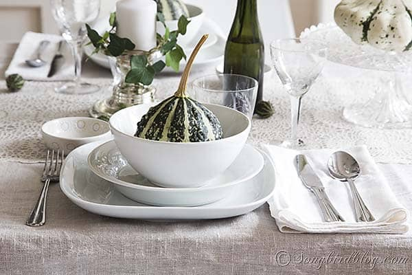Fall_table_setting_green_white_linen