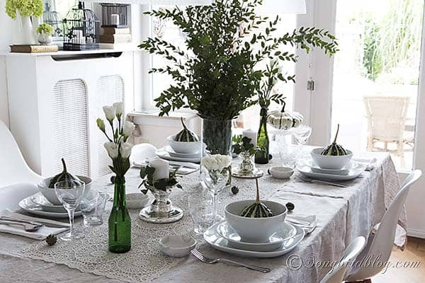 Fall_table_setting_green_white_pumpkins_autumn