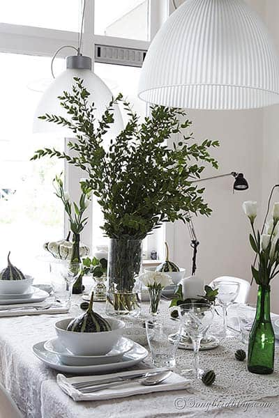 Fall_table_setting_green_white_pumpkins_leaves