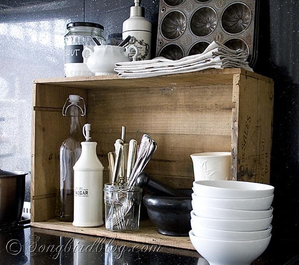 Kitchen display with a vintage wooden box for Decoration accessoire cuisine