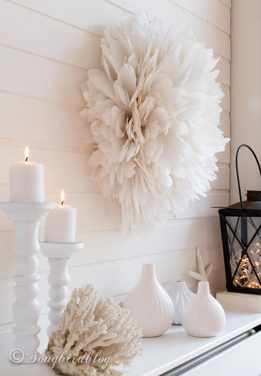 Mantel decor in white with a feather wreath juju hat