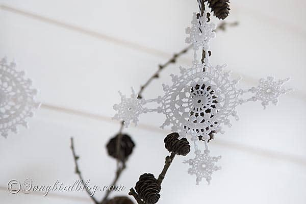 easy and simple to make crochet ornaments. A perfect last minute Christmas craft project. Via http://www.songbirdblog.com