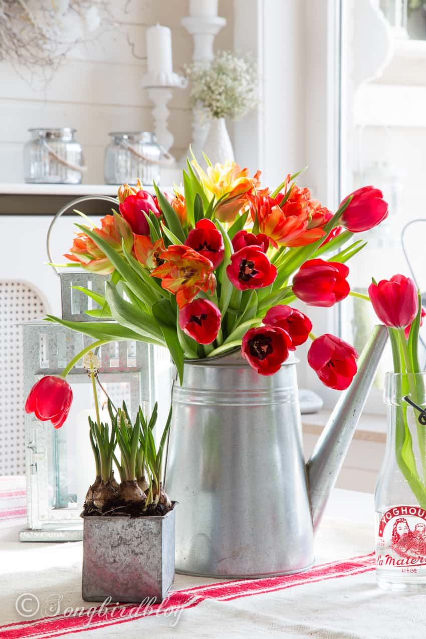 Decorating with tulips: farmhouse style tulip bouquet