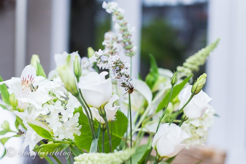 Easy summer beach table decor closeup mixed white flowers