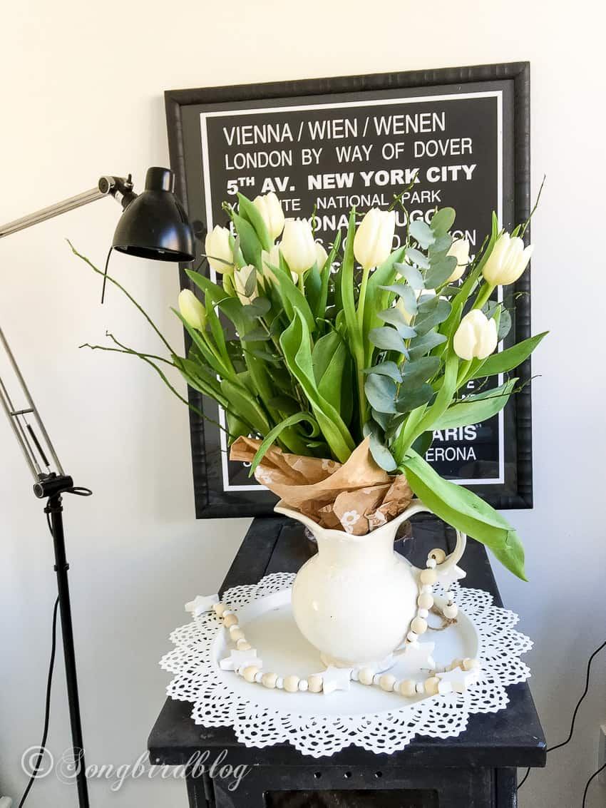 Decorating with tulips: white tulips brown wrapping paper